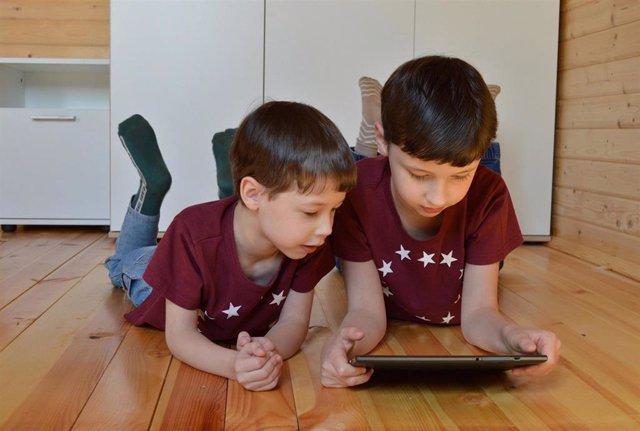 Niños usando una tableta