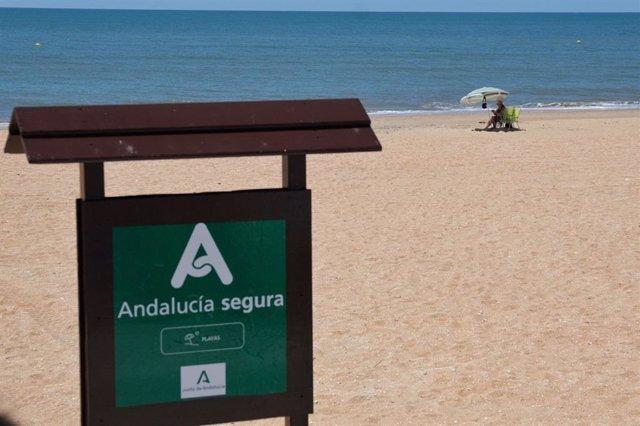 Archivo - Cartel de Andalucía Segura en una playa.