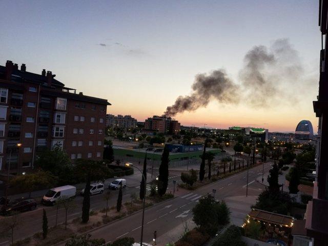Incendio de pastos en el distrito de Fuencarral visto desde Sanchinarro.