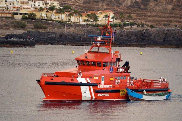 Archivo - Arxivo - Un vaixell de Salvament Marítim arriba al port de Los Cristianos.