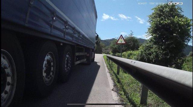 Momento en el que adelanta el camión.
