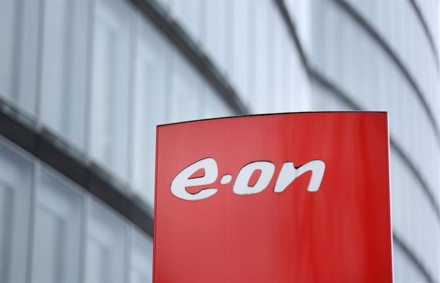 Archivo - FILED - 10 March 2017, North Rhine-Westphalia, Essen: The logo of electric utility company E.ON is seen on a sign in front of the company headquarters. Photo: picture alliance / Ina Fassbender/dpa