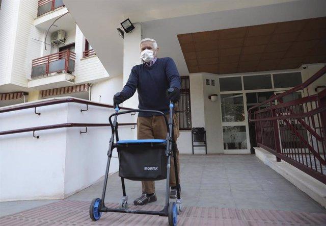 Archivo - Un anciano sale de un centro residencial para mayores, durante el segundo día en el que los ancianos pueden salir a pasear. En Sevilla, (Andalucía, España), a 16 de febrero de 2021.