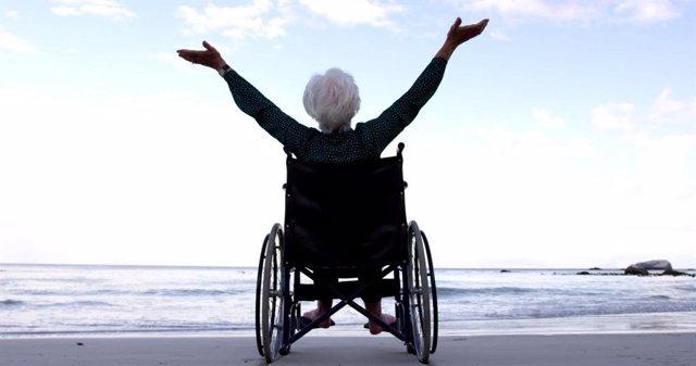 Archivo - Una mujer en silla de ruedas.