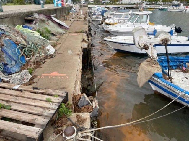 Estado del tablero del muelle adosado al contradique del puerto de Estepona, muy deteriorado y que será remodelado