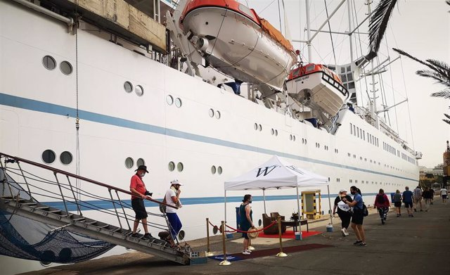 Turistas desembarcan del crucero 'Wind surf' en el Puerto de Almería.