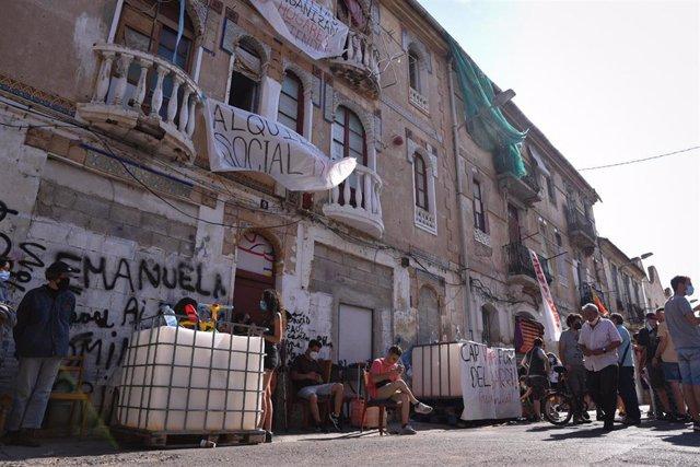 Edificios en riesgo de derrumbe en el barrio de la Creu Coberta de València.