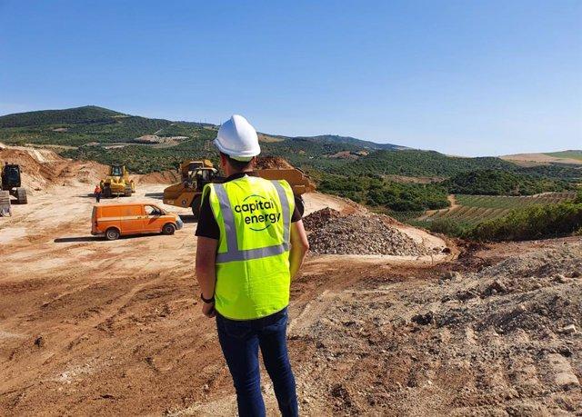 Capital Energy y Banco Sabadell han cerrado un 'project finance' por 21 millones de euros para el primer parque eólico que está construyendo la compañía en Andalucía.