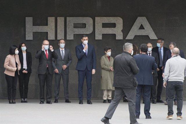 Archivo - El presidente del Gobierno, Pedro Sánchez (5i), posa en una fotografía de familia en las instalaciones de la farmacéutica Hipra, a 16 de abril de 2021, en Amer, Girona, Catalunya (España).