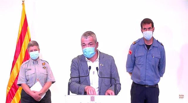 El secretari general d'Interior de la Generalitat, Oriol Amorós, amb la sotsdirectora de Protecció Civil, Imma Solé, i el sotsdirector general tècnic Bombers de la Generalitat, Antonio Ramos, en roda de premsa.