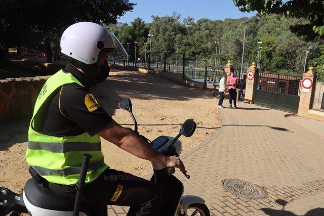 La patrulla realiza labores de vigilancia y conservación del parque.