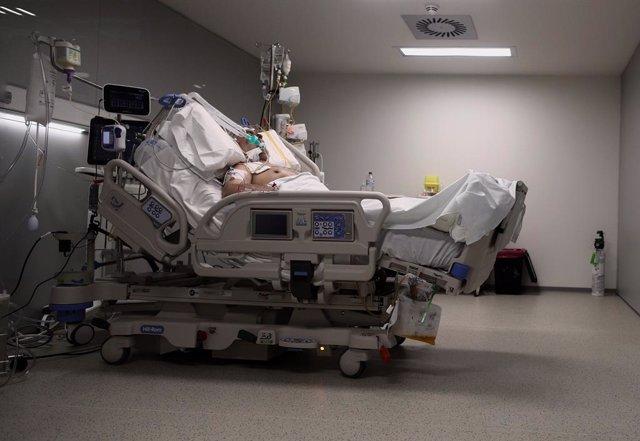 Archivo - Arxivo - Un malalt en un llit de la UCI de l'Hospital d'Emergències Isabel Zendal, Madrid (Espanya), a 20 de gener de 2021.