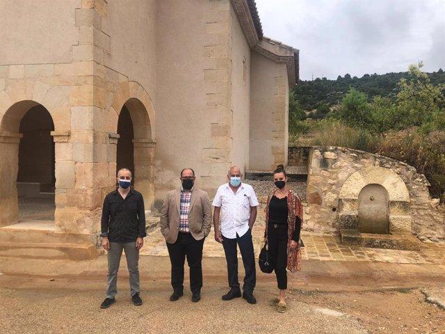 El vicepresidente y la diputada Esther Peirat, junto representantes municipales, durante la visita a la iglesia de La Cañada de Verich.