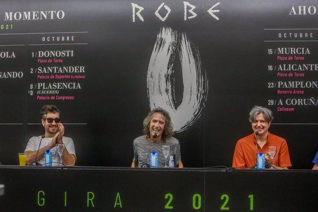 El cantante de Extremoduro, Robe Iniesta (c) junto dos miembros de su banda, durante una rueda de prensa en el Círculo de Bellas Artes, a 11 de agosto de 2021, en Madrid, (España). Durante la rueda de prensa, el guitarrista, cantante y compositor de Extre