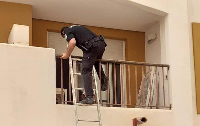 Un agente de la Policía Local de Vera accede al domicilio donde se encontraba la menor mediante una escalera.