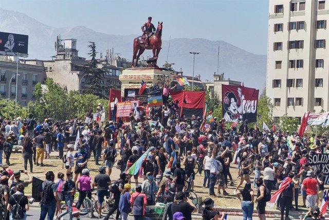 Archivo - Manifestantes participan en una protesta que conmemora el aniversario del estallido de los disturbios y el malestar social en 2019, antes de un referéndum sobre la Constitución.