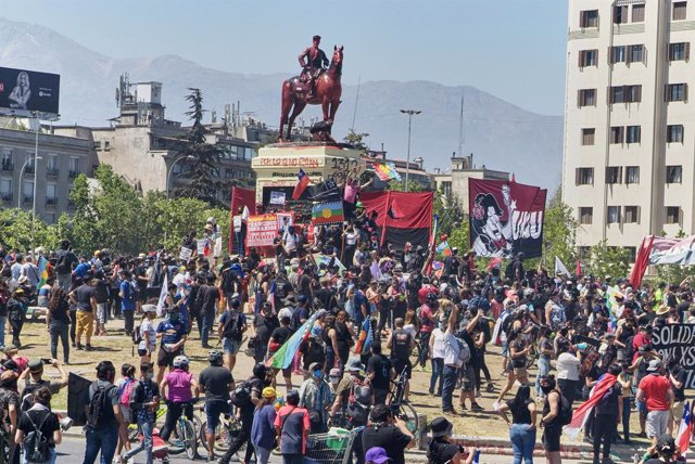 Archivo - 18 October 2020, Chile, Santiago: Protesters take part in a protest marking the anniversary of the outbreak of rioting and social unrest in 2019 ahead of a referendum on the constitution scheduled on 25th October 2020. Photo: Francisco Arias/ZUM