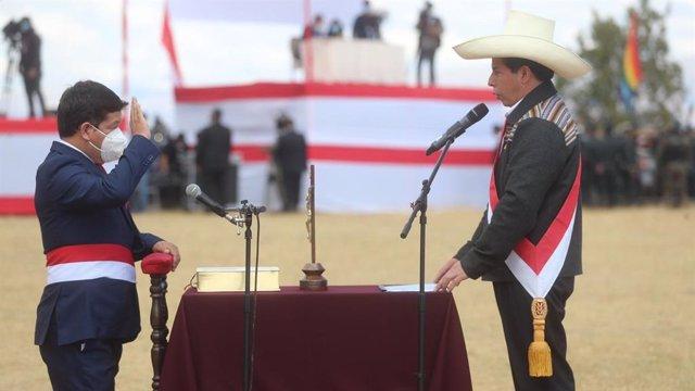 Guido Bellido toma posesión como presidente del Consejo de Ministro ante el presidente de Perú, Pedro Castillo.