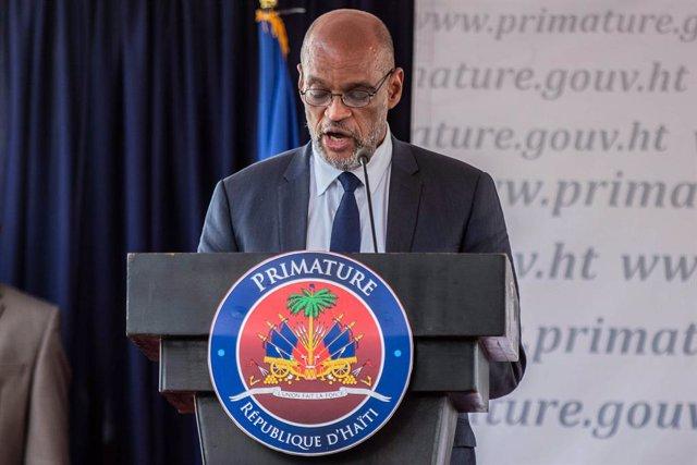 Ariel Henry habla durante una conferencia mientras asume el cargo de primer ministro de Haití en la Oficina del Primer Ministro
