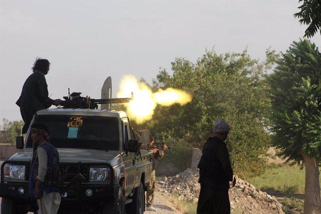 Fuerzas afganas intercambian disparos con militantes talibanes en la ciudad de Shiberghan, capital de la provincia de Jawzjan en el norte de Afganistán.