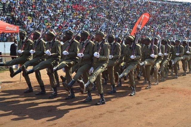 Archivo - Marcha militar en el Estadio Machava durante los actos por el 40º aniversario de la independencia de Mozambique