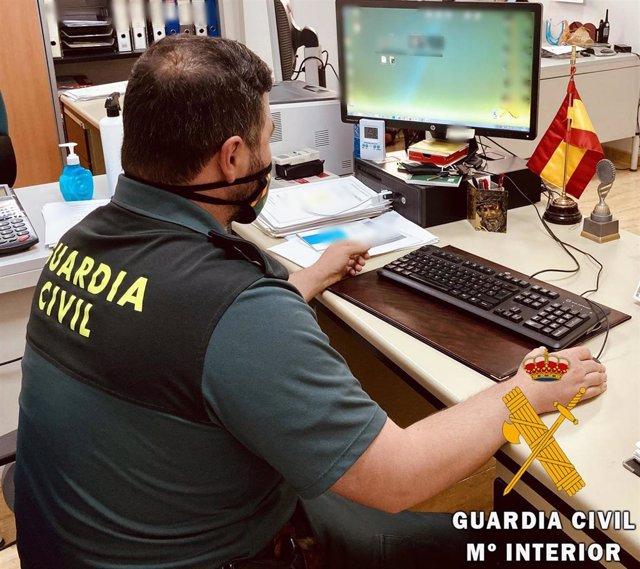 Un agente de la Guardia Civil instruye un atestado.