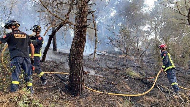 Los Bombers de Barcelona apagan un incendio en Barcelona. - Archivo