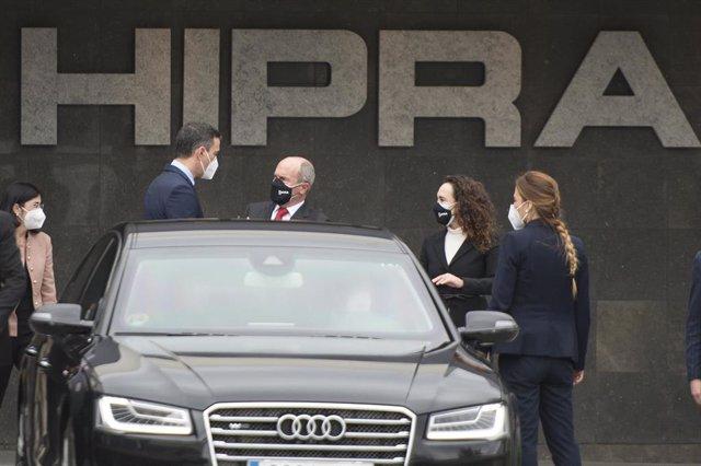 Archivo - El presidente del Gobierno, Pedro Sánchez (2i), a su llegada a las instalaciones de la farmacéutica Hipra, a 16 de abril de 2021, en Amer, Girona, Catalunya (España).