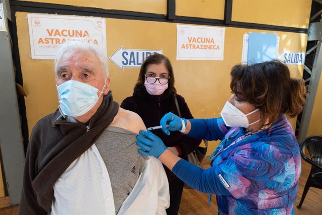 11 August 2021, Chile, Pucon: An older adult receives the third dose of the Coronavirus (Covid-19) vaccine, in the municipal gym of Pucon, which has been transformed into a vaccination center. Photo: Matias Basualdo/ZUMA Press Wire/dpa