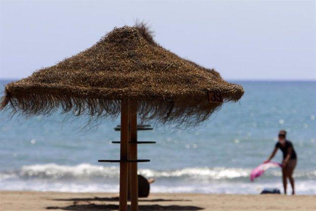 Archivo - Paseantes disfrutan de la playa de Sacaba en la barriada de Huelín, en Málaga