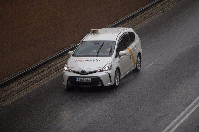 Archivo - Un taxi circulando por la ciudad en imagen de archivo.