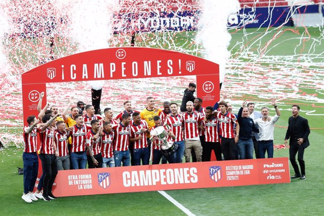 Archivo - Players of Atletico de Madrid celebrate with the Champion trophy during the 2020/2021 spanish league, La Liga, Champions trophy award ceremony celebrated at Wanda Metropolitano stadium on May 22, 2021 in Madrid, Spain.