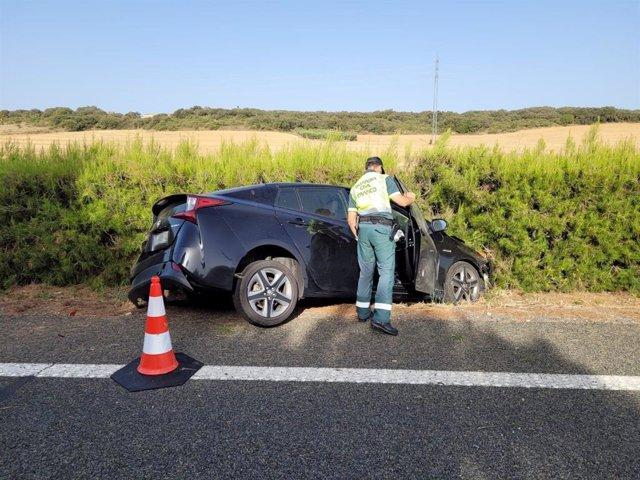 Un agente de la Guardia Civil en el lugar del accidente en la AP15