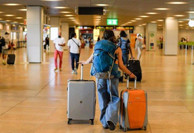 Archivo - Un hombre con maletas en la terminal T1 del Aeropuerto Adolfo Suárez Madrid-Barajas, el primer día de la primera 'Operación Salida' del verano 2021, a 2 de julio de 2021, en Madrid (España).