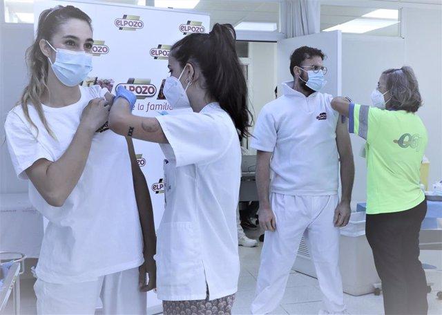 Imagen de un trabajador de ElPozo Alimentación en el momento en el que recibe la vacuna