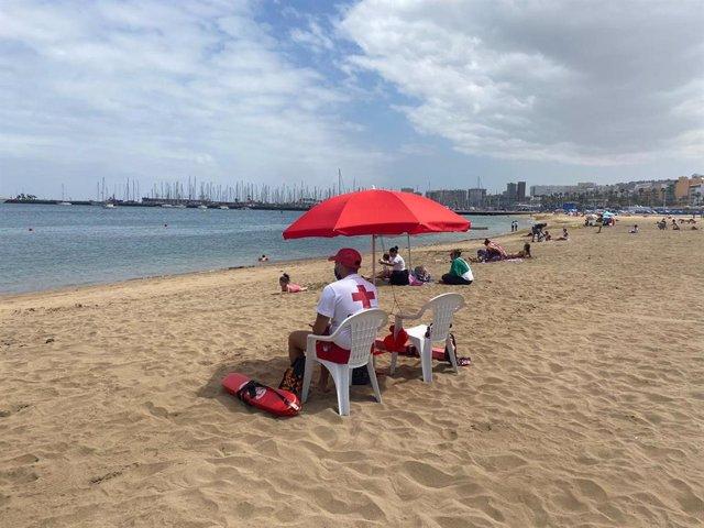 Archivo - Socorrista de Cruz Roja en la Playa de Alcaravaneras, en Las Palmas de Gran Canaria
