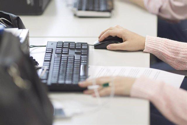 Archivo - Oficina, ordenadores, trabajo, trabajando, empleo, desempleo, paro, trabajador