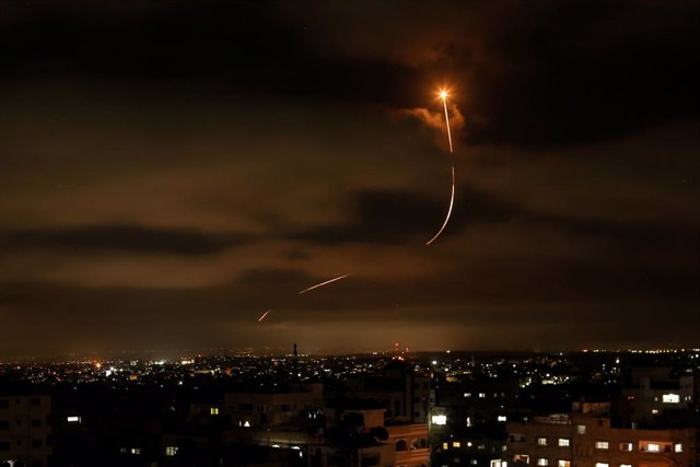 Archivo - 19 May 2021, Palestinian Territories, Gaza City: Israel's Iron Dome anti-missile system intercepts rockets launched from Gaza Strip into Israeli territories, amid the escalating flare-up of Israeli-Palestinian violence. Photo: Bashar Taleb/APA I