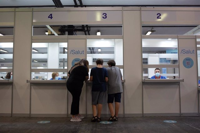 Dos adolescentes acuden a recibir la vacuna contra el Covid-19 en el recinto de Montjuïc de Fira de Barcelona, a 4 de agosto de 2021, en Barcelona, Catalunya, (España). El dispositivo, puesto en marcha este miércoles para los jóvenes de entre 12 y 15 años