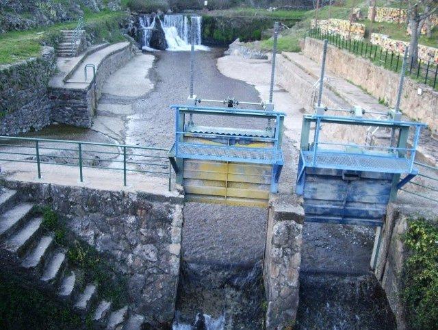 Compuertas de una piscina natural en el norte de Cáceres.