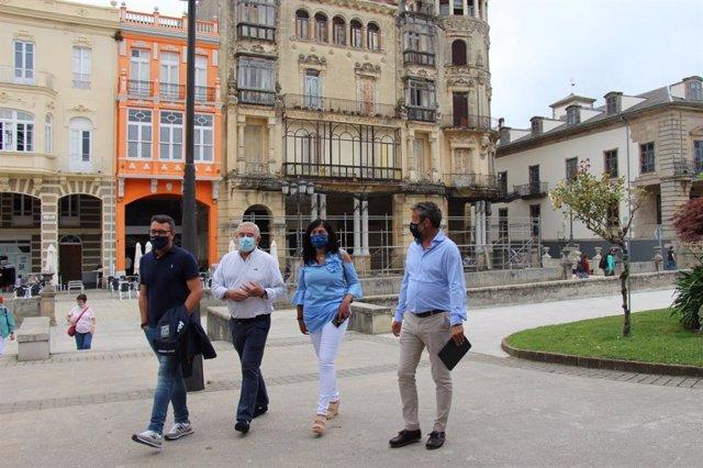 Elena Candia (PP), en Ribadeo (Lugo), junto a Jaime de Olano