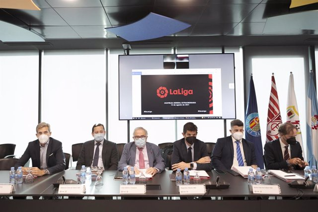 Imagen de varios presidentes de LaLiga durante la Asamblea Extraordinaria de LaLiga para aprobar 'LaLiga Impulso'