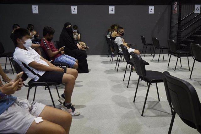 Varios adolescentes acuden al centro cultural Kulturgunea para recibir la vacuna contra el Covid-19, a 11 de agosto de 2021, en Tafalla, Navarra, (España).