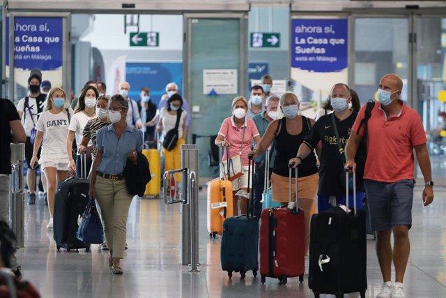 Llegada masiva de turistas de varias nacionalidades al aeropuerto de la capital para disfrutar del verano en la Costa del Sol, a 19 de julio de 2021, en Málaga (Andalucía. España).