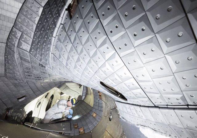 Archivo - El dispositivo de fusión más grande del mundo del tipo estellarator, el alemán Wendelstein 7-X, ha alcanzado un valor récord para el producto de fusión en su última ronda de experimentación.