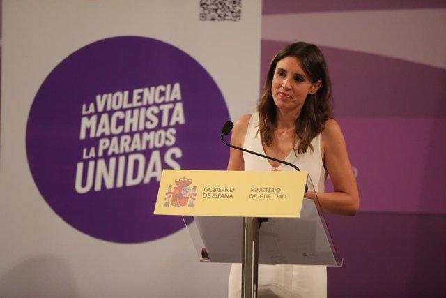 """La ministra de Igualdad, Irene Montero, durante la presentación de la Iniciativa Punto Violeta en el Ministerio de Igualdad a 28 de julio de 2021, en Madrid, (España). Montero ha determinado la creación de un """"instrumento estandarizado"""" para hacer una det"""