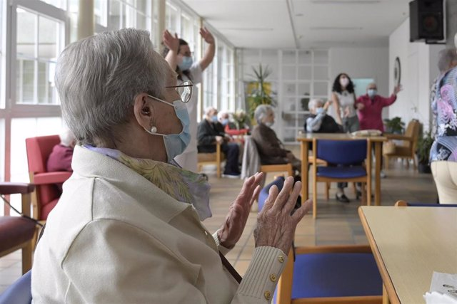 Archivo - Varios mayores en una de las salas de la Residencia de mayores de Carballo, a 19 de junio de 2021, en A Coruña, Galicia