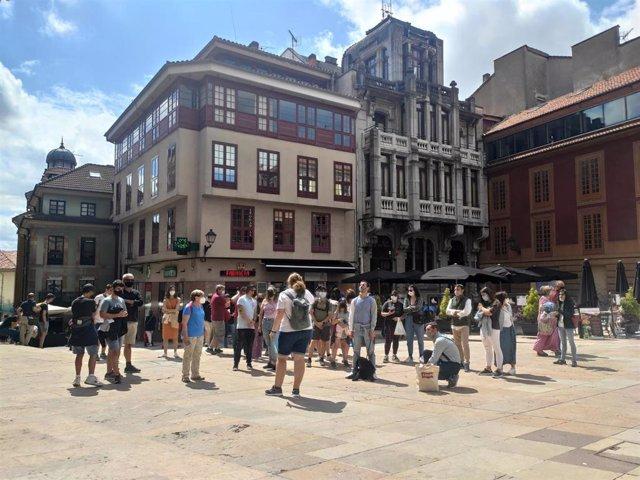 Archivo - Personas con mascarilla en las calles de Oviedo y terrazas de hostelería.