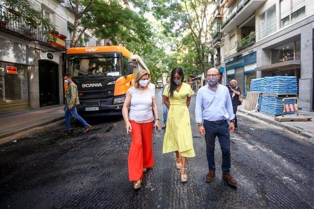 (I-D) La delegada de Obras y Equipamientos, Paloma García Romero; la vicealcaldesa de Madrid, Begoña Villacís y el concejal de Salamanca, José Fernández, visitan los trabajos de mejora del pavimento que se están desarrollando en la calle Castelló.