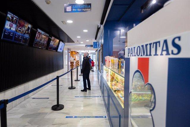 Archivo - Clientes observan la cartelera antes de entrar a una de las salas de los Cines Florida en Vitoria-Gasteiz